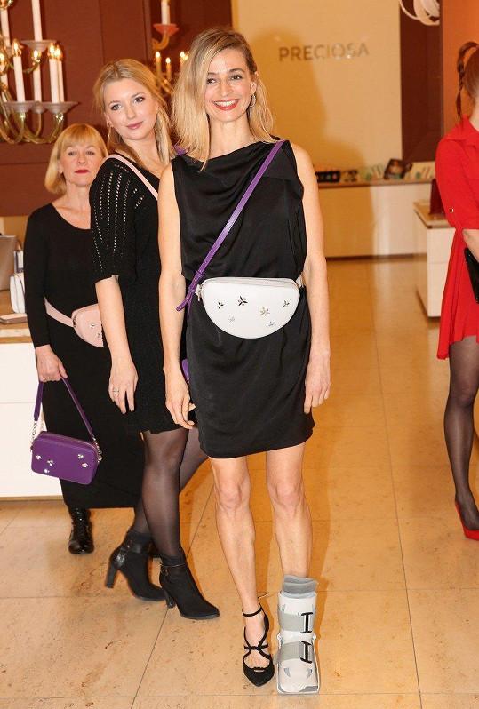 Ivana s kolegyněmi Malvínou Pachlovou a Danou Batulkovou předváděla kabelky.
