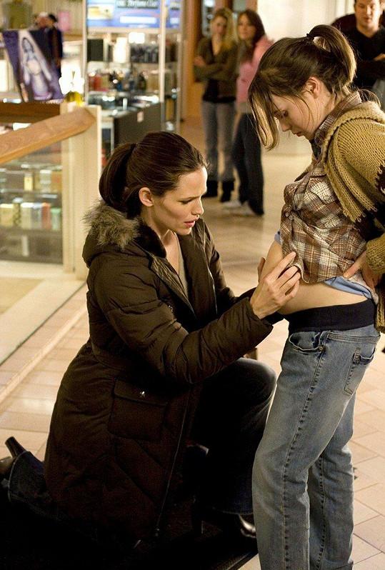 Ve svém zatím nejúspěšnějším filmu Juno hrála šestnáctiletou těhotnou dívku. Za roli si vysloužila nominaci na Oscara. Na snímku s Jennifer Garner (vlevo).