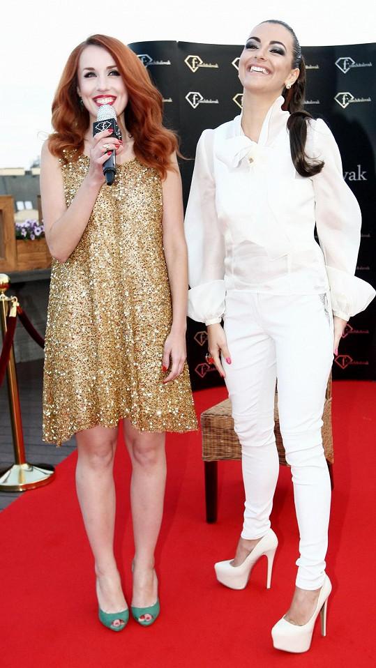 Jitka a Lenka jako nové reportérky televize, která se zabývá výhradně módou.