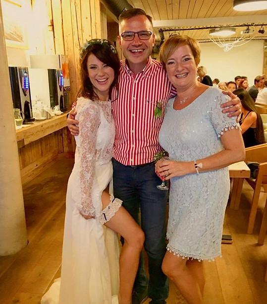 Fotku nevěsty umístil na sociální síť producent Janis Sidovský. Ale dovolila mu to.