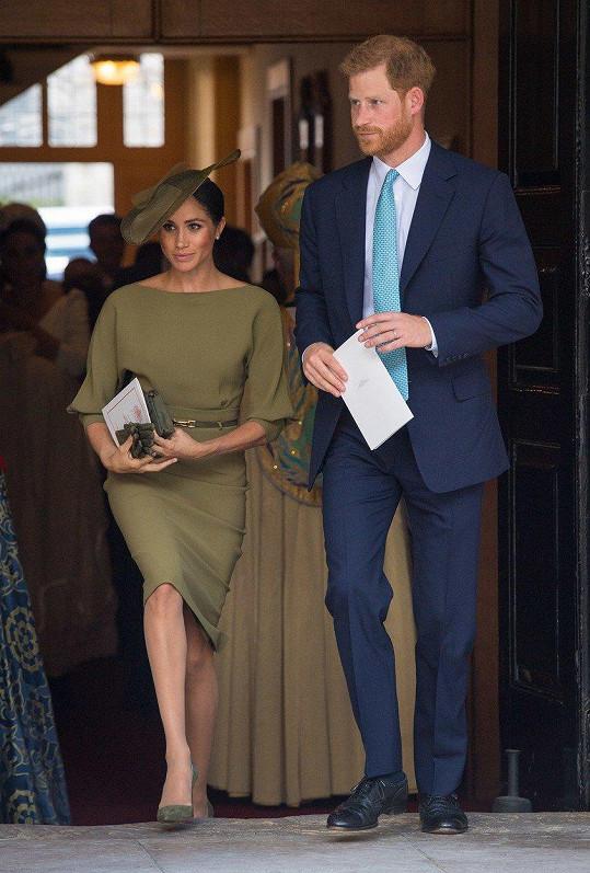 Princ Harry a jeho žena Meghan, vévodkyně ze Sussexu. Šaty značky Ralph Lauren jí udělaly skvělou službu.