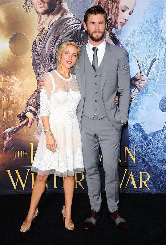 Chris Hemsworth se na premiéře pochlubil drobnou manželkou.
