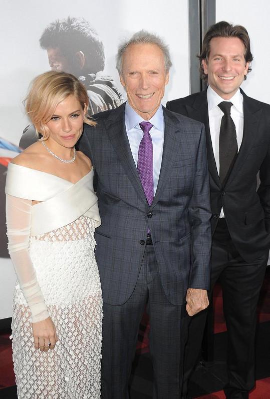 Clint Eastwood s herci Siennou Miller a Bradleyem Cooperem
