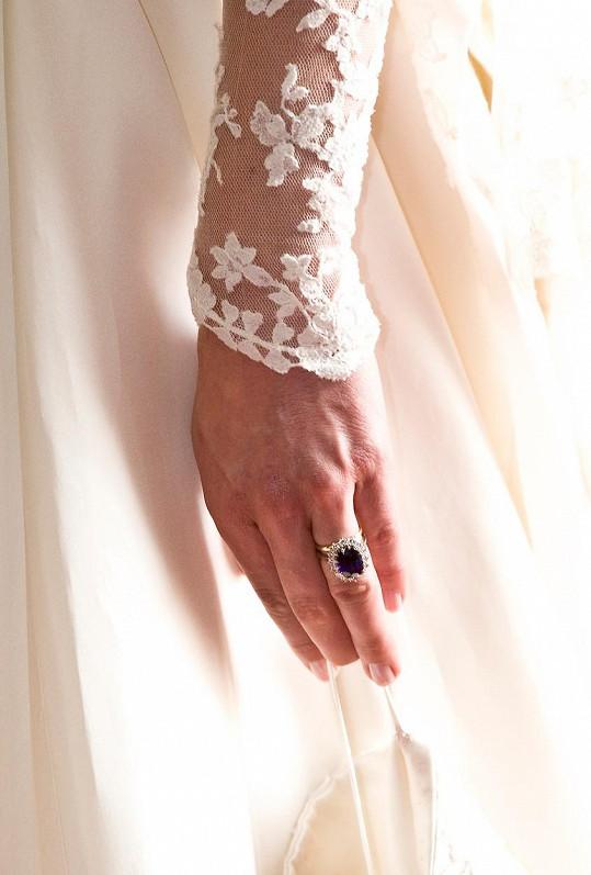 Zásnubní prsten se safírem daroval předtím Charles Dianě.