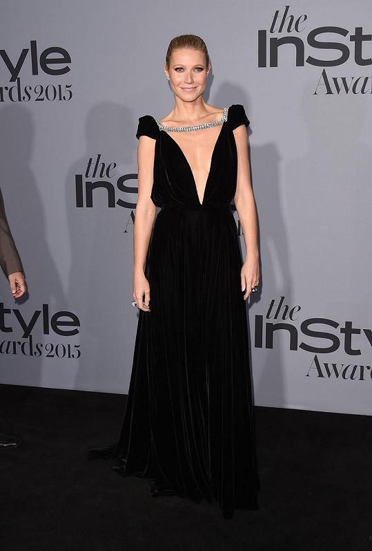 Jako stará mladá působila Gwyneth Paltrow v modelu z aktuální podzimní kolekce Schiaparelli. Na vině je černý těžký samet, který by se hodil spíše jako opona krematoria. Středověký střih šatů nerozzářily ani šperky David Webb.