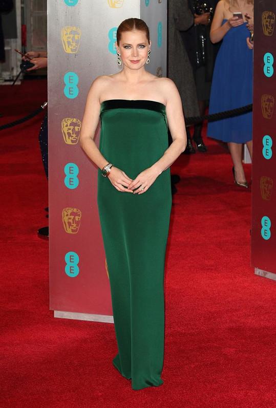 Amy Adams už není plavovláska, ale vlasy má zrzavé. K tomuto odstínu se jak známo dokonale hodí lahvově zelená barva. Proto zvolila herečka tuto jednoduchou tubu bez ramínek od Toma Forda.