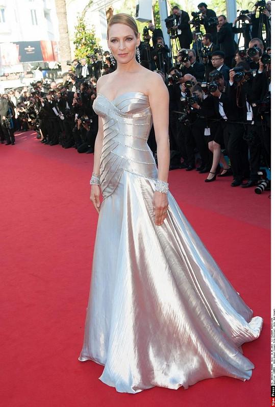 V Cannes v roce 2013 zářila ve stříbrných šatech.