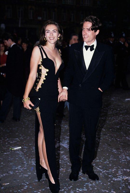 Hugh Grant s Elizabeth Hurley v legendárních šatech Versace na premiéře filmu Čtyři svatby a jeden pohřeb v roce 1994.