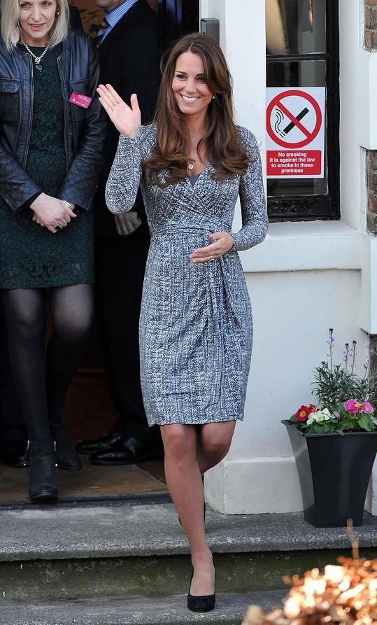 Kate vypadala v těhotenských šatech úžasně.