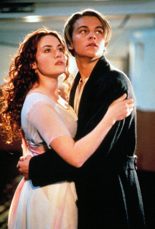 Kate Winslet s Leonardem DiCapriem v Titaniku (1997)