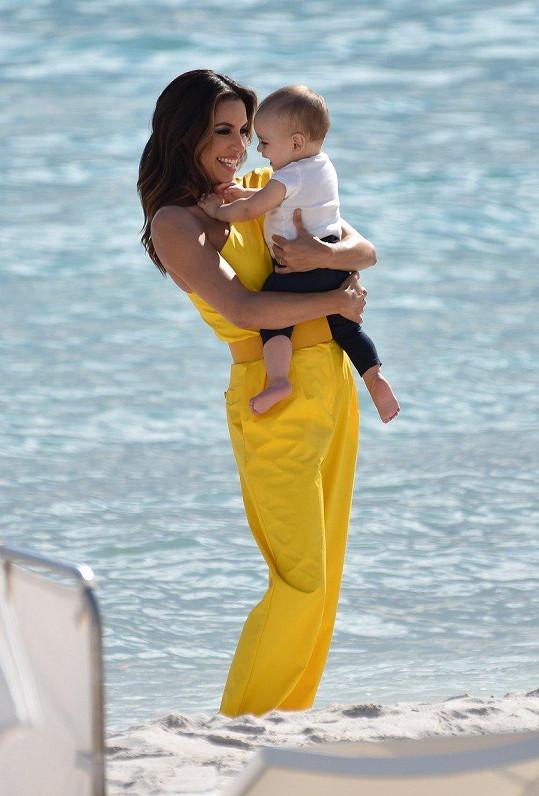 Synek ji letos doprovodil do Cannes.