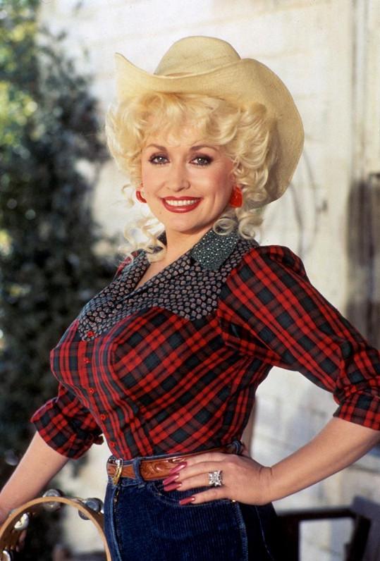 Dolly proslula svými přednostmi, ultra štíhlým pasem a silikony.