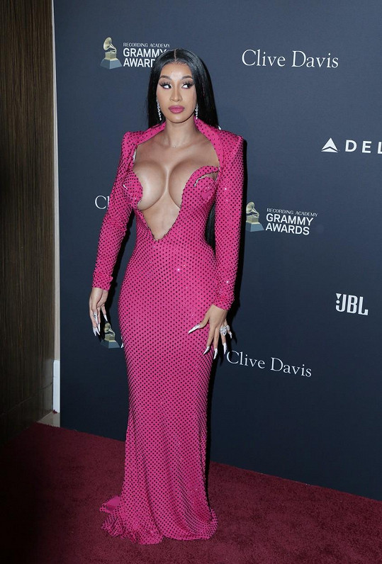 Cardi B dorazila na gala před udílením cen Grammy ve velice odvážném modelu.