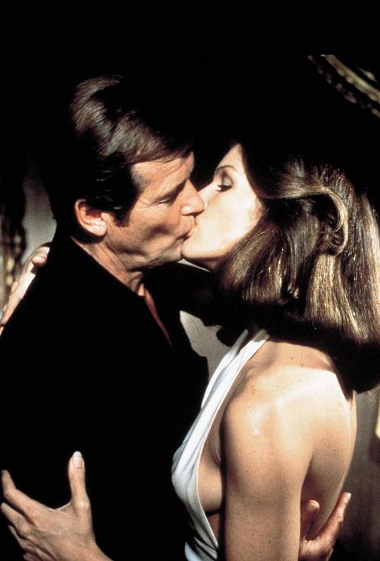 V bondovce došlo i na vášnivou líbačku.