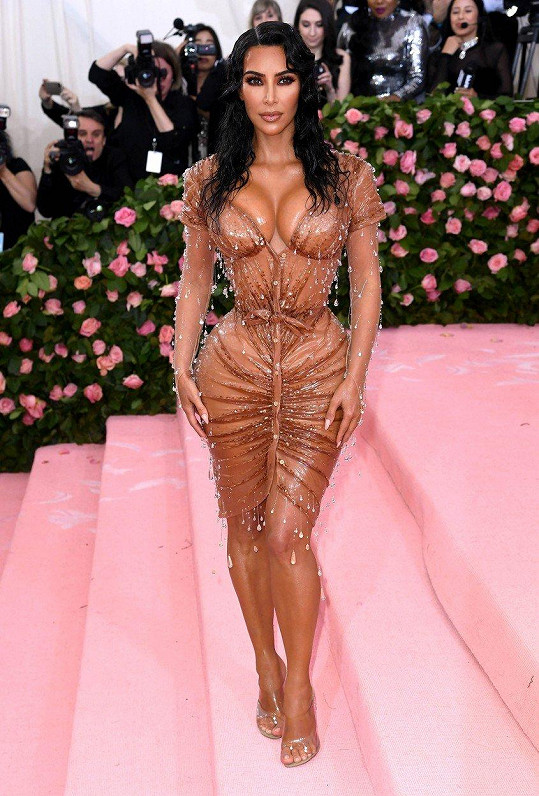 Kim Kardashian nerodila, a tak nedávno oslňovala v tomto odvážném modelu.