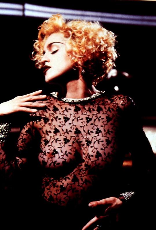 Pevný hrudník má po matce Madonně.