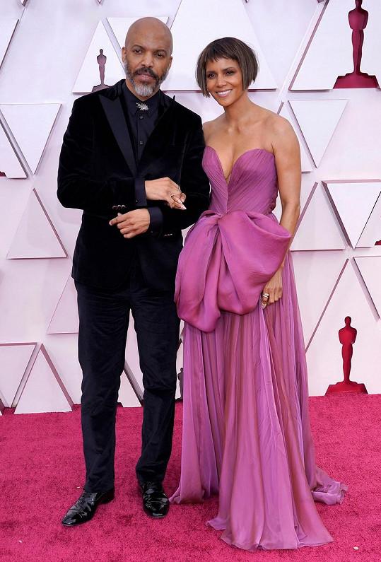 Na letošní předávání Oscarů vyvedla svého nového partnera.