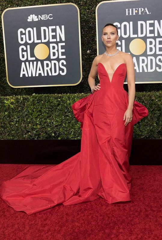 Nikomu se nepodařilo uctít takto významnou událost lépe než Scarlett Johansson v dramatické červené róbě se srdíčkovým výstřihem od Very Wang.