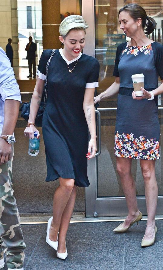 Cyrus musí provokovat i v elegantních šatech.
