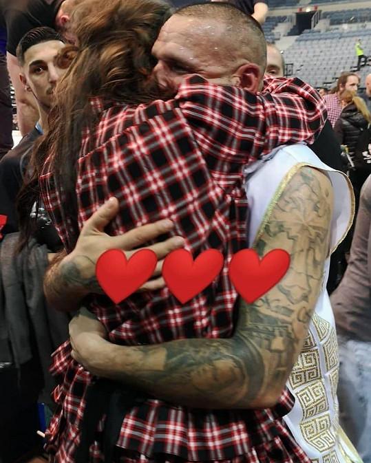 Celou dobu Rytmuse podporovala jeho těhotná přítelkyně Jasmina Alagič a po souboji se mu vrhla do náruče.