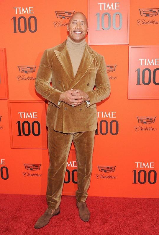 Dwayne Johnson vyrazil na večírek v sametovém obleku.