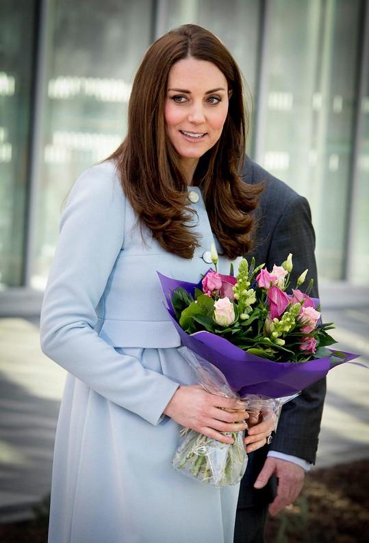 Okouzlující Catherine dostala i krásný pugét.