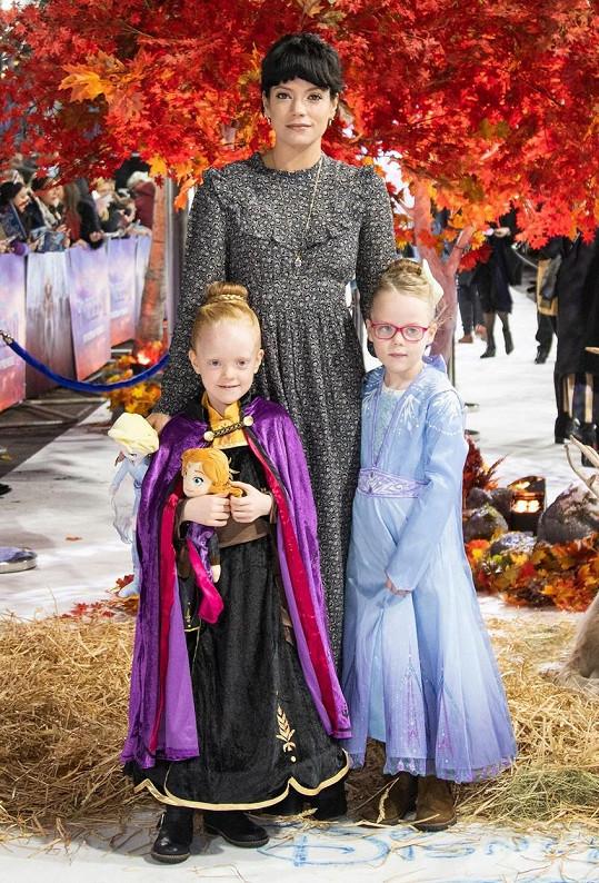 Lily Allen vyvedla dcery na premiéru oblíbené disneyovky.