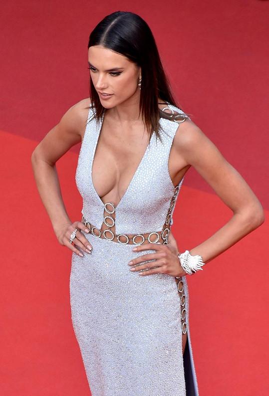 Alessandra Ambrosio zářila na červeném koberci v Cannes.