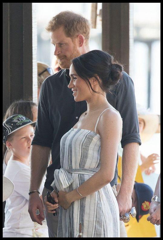Po oficiálním oznámení těhotenství už vévodkyně nemusí hlídat svá gesta...