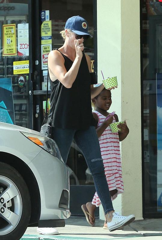 Charlize Theron s dcerkou, tedy vlastně synem...