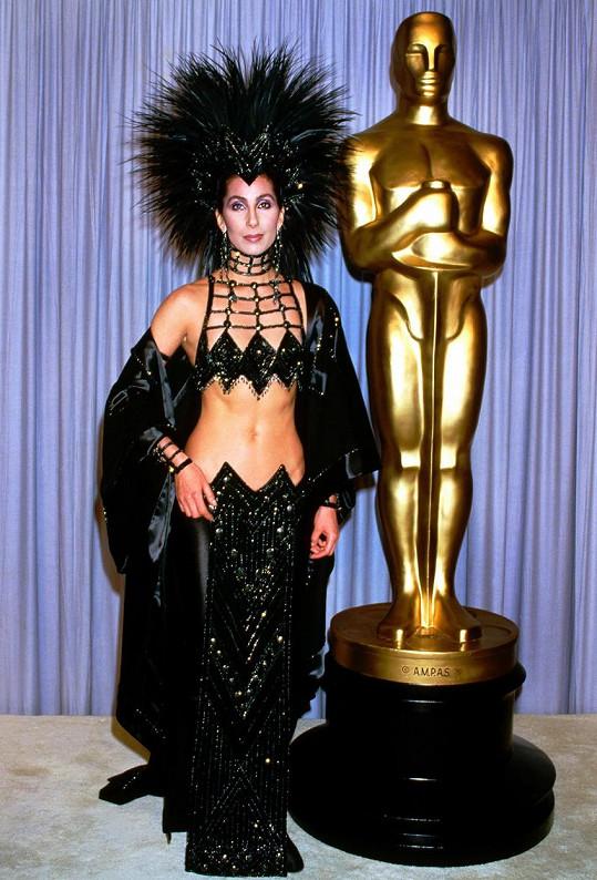 V roce 1986 ohromila na Oscarech v tomto modelu.