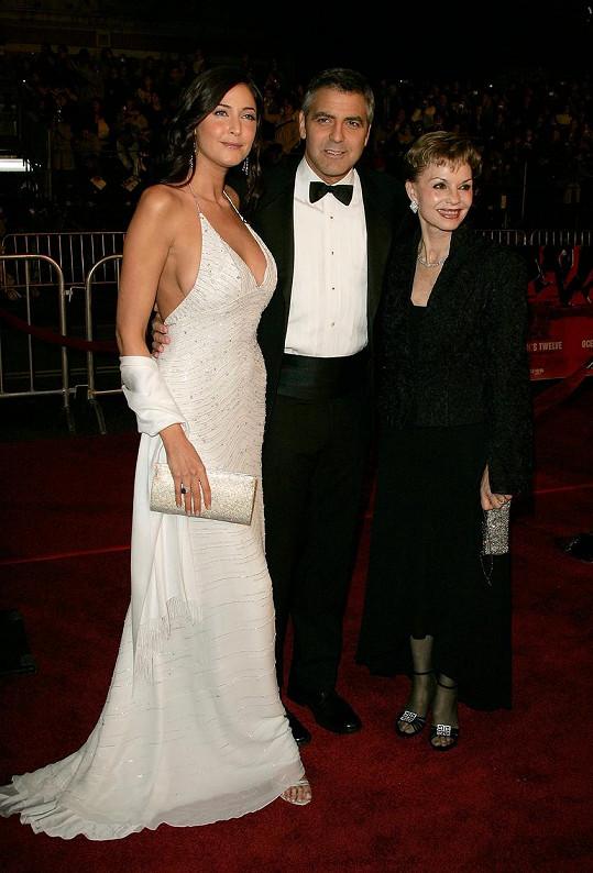 Před lety chodila s Georgem Clooneym. Na snímku s jeho maminkou z premiéry filmu Dannyho parťáci 2.