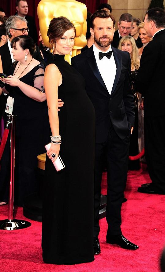 Devětadvacetiletá herečka Olivia Wilde čeká se svým snoubencem Jasonem Sudeikisem první dítě.
