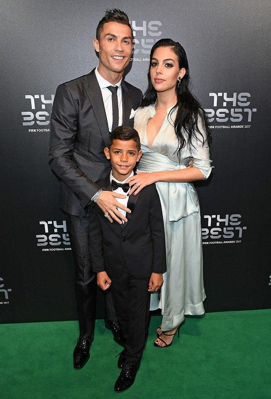 Cristiano Ronaldo si převzal cenu pro nejlepšího fotbalistu světa. Doprovod mu dělal syn Cristian Jr. a těhotná partnerka Georgina.