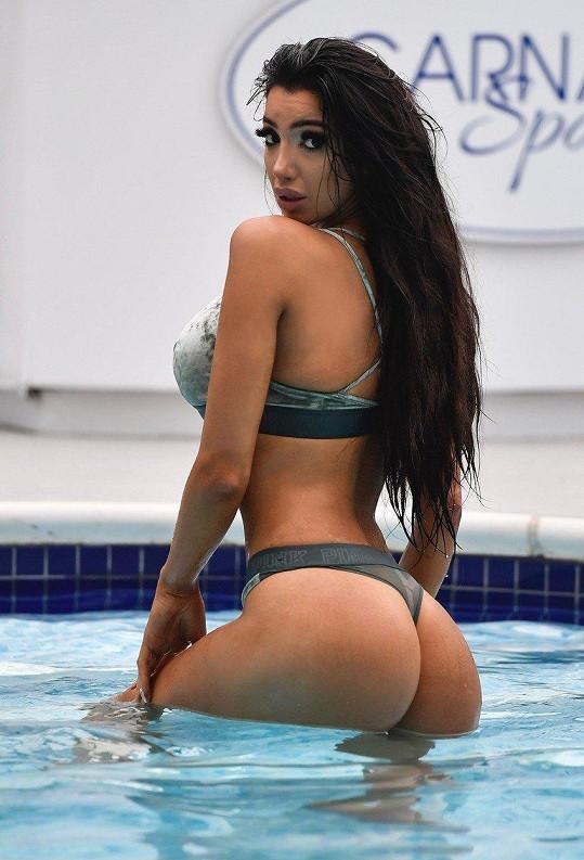 Když zrovna neúčinkuje v nějaké televizní show, ráda se předvádí aspoň u bazénu.