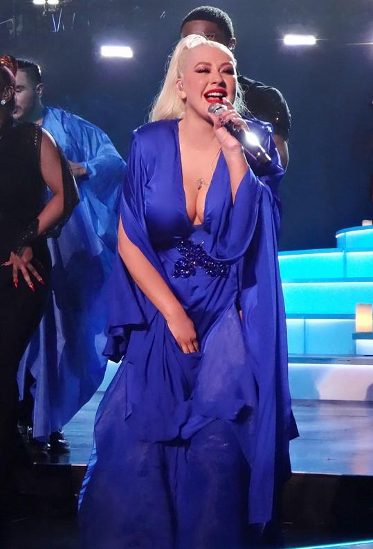 Na výstřihy si zpěvačka potrpí.