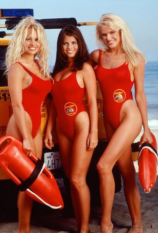 Pamela Anderson (vlevo) v kultovním seriálu Pobřežní hlídka.