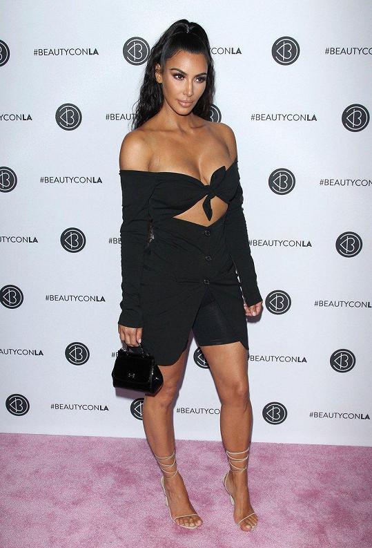 Kim se odvážných outfitů vůbec nebojí.