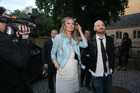 Simona přichází na akci s manželem Karlem Vágnerem a dvěma bodyguardy.
