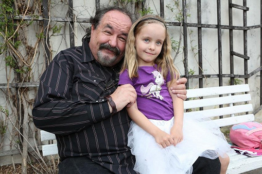 Petr Novotný s nejstarší vnučkou Ester.