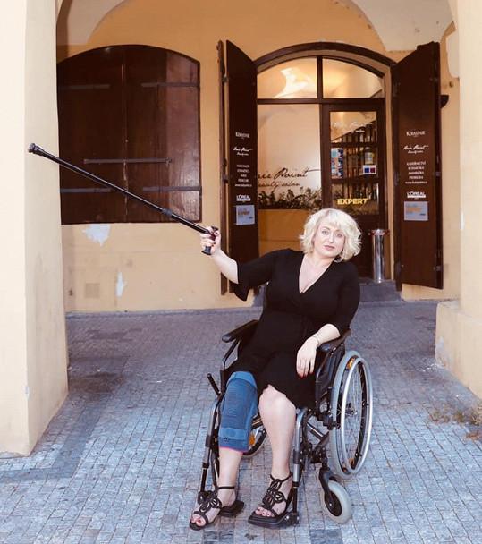 Miluška si poranina meniskus a musí být na vozíku.