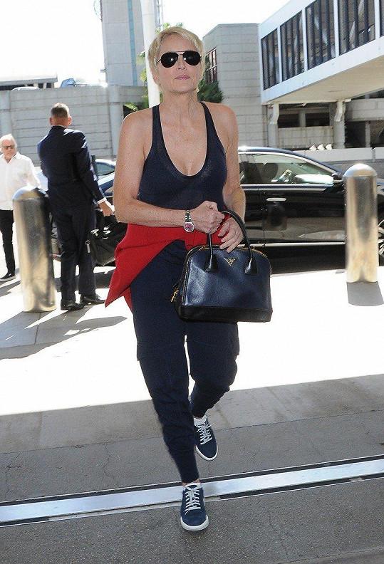 Do letadla si Sharon vybrala pohodlné sportovní oblečení. Snímek je z letiště v Los Angeles.