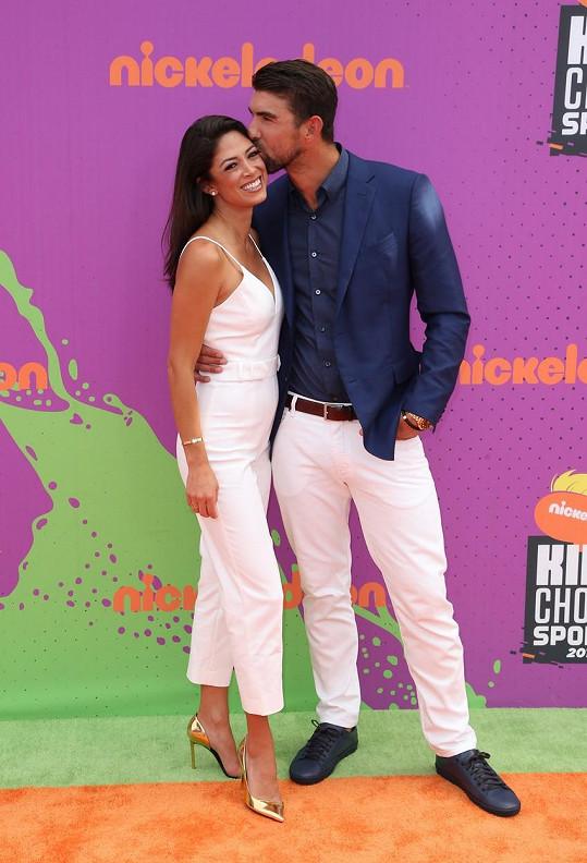 Žena ho doprovodila i na čtvrteční akci Nickelodeon Kids' Choice Sports Awards, kde byl Phelps vyhlášen legendou.