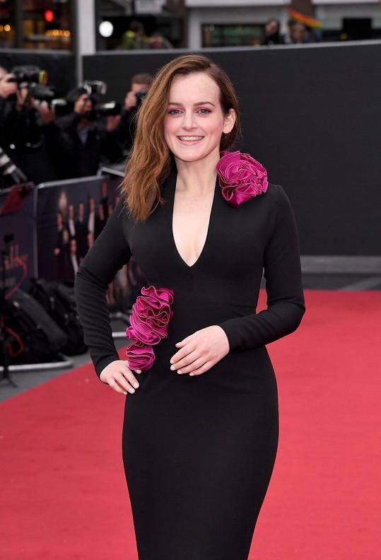 Do londýnského kina dorazila v černých šatech se sytě růžovými květy.