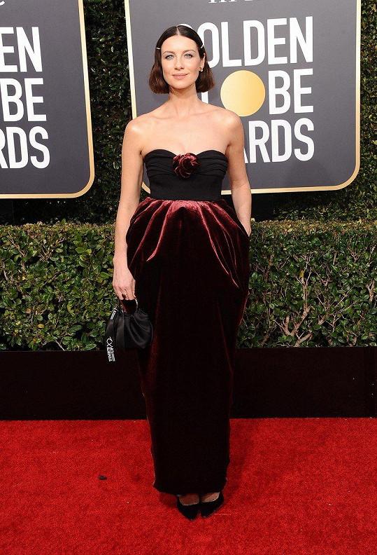 """Zahrajeme si kuželky? Saténové šaty Caitriony Balfe bez ramínek značky Moschino mohou evokovat spoustu přívlastků, rozhodně mezi nimi ale není výraz """"lichotivé""""."""