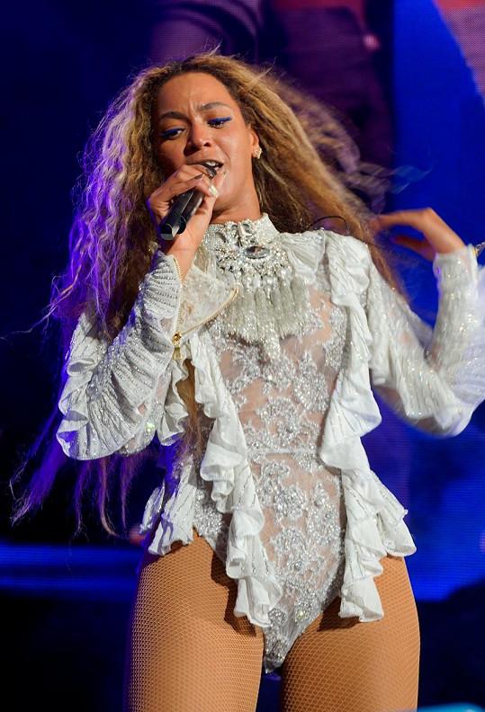 Během koncertu vystřídala několik odvážných kostýmů.