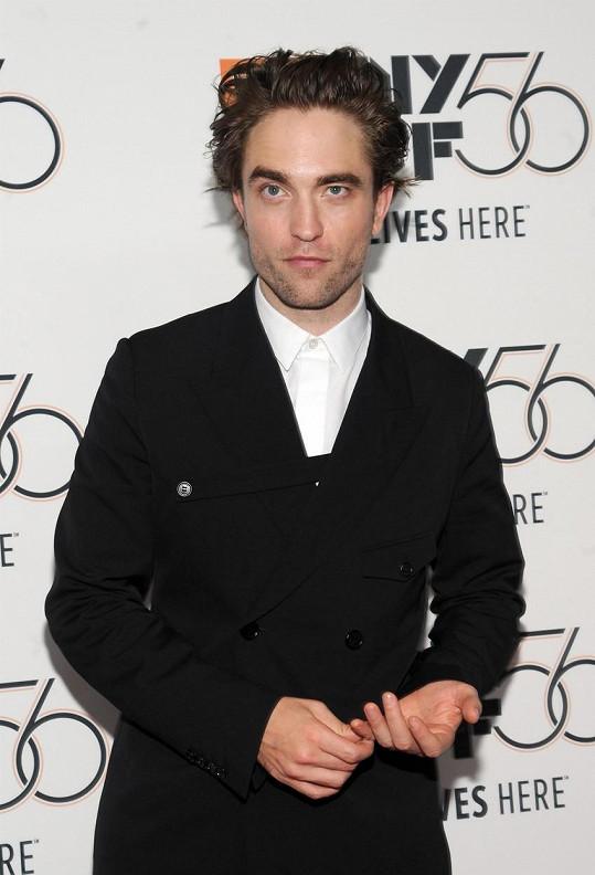 Robert Pattinson měl mít pozitivní testy na covid-19.
