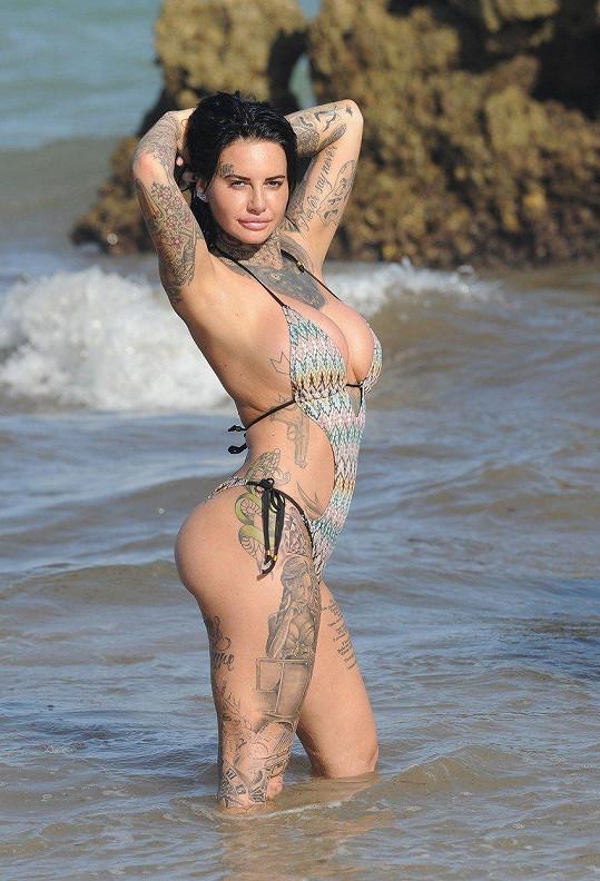 Své vnadné a vylepšené tělo chtěla předvést na Kanárských ostrovech.