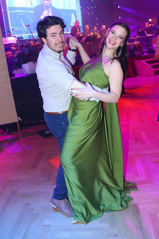 Na plese si zatančila s přítelem.
