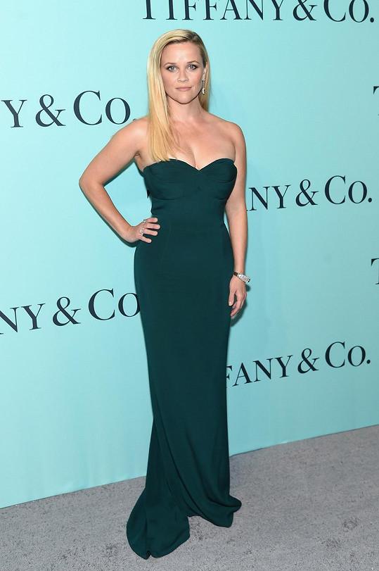 Je evidentní, že herečka Reese Witherspoon neladila šperky k šatům, jak bývá běžné, ale naopak šaty ke šperku. Konkrétně zvolila smaragdovou róbu bez ramínek od Brandona Maxwella, aby ladila s visacími náušnicemi a náramkem s turmalíny a diamanty a dvěma diamantovými prsteny.